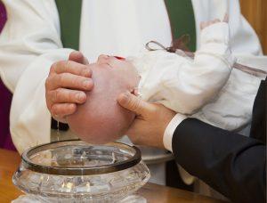 Ein Kind wird getauft